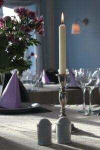 Græsted Kro - Havestuen med dækket bord og levende lys
